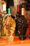 разливает венгерское вино по бутылкам Стоковые Фото
