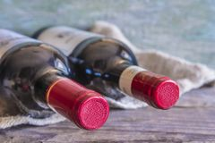разливает вино по бутылкам красного цвета 2 Стоковая Фотография RF