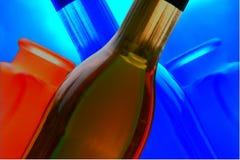 разливает вино по бутылкам отражений стоковая фотография rf