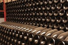 разливает вино по бутылкам погреба Стоковая Фотография