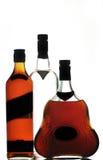 разливает виски по бутылкам водочки конгяка Стоковое Изображение