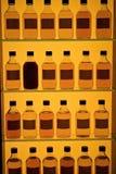 разливает виски по бутылкам стоковые фото