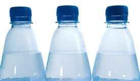 разливает воду по бутылкам крупного плана Стоковая Фотография RF