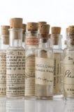 разливает гомеопатическую микстуру по бутылкам Стоковая Фотография