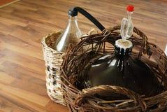 разливает домодельное вино по бутылкам Стоковая Фотография