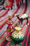 разливает египетский дух по бутылкам Стоковое Фото
