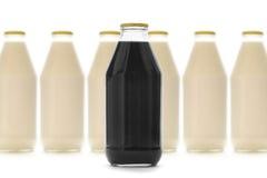 разливает жидкостное молоко по бутылкам Стоковые Изображения RF