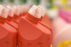 разливает жидкостную пластмассу по бутылкам стоковая фотография