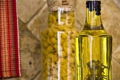 разливает итальянку по бутылкам стоковые изображения rf