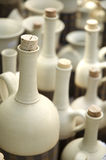 разливает керамическую пробочку по бутылкам Стоковые Изображения