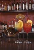 разливает коктеилы по бутылкам Стоковая Фотография