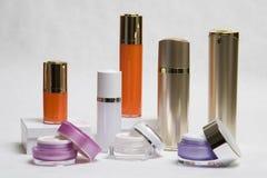 разливает косметические опарникы по бутылкам Стоковые Фотографии RF