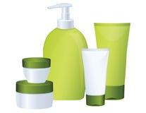 разливает косметический комплект по бутылкам зеленого цвета Стоковое Фото