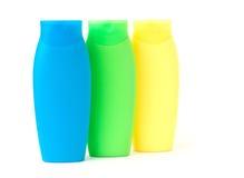 разливает косметическую пластмассу по бутылкам Стоковые Изображения RF