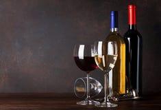 разливает красное белое вино по бутылкам Стоковое Изображение RF