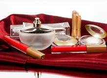 разливает красный цвет по бутылкам дух губной помады Стоковые Изображения