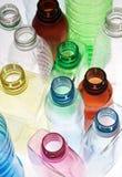 разливает крупный план по бутылкам Стоковое Изображение