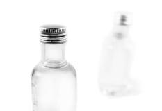 разливает ликвор по бутылкам Стоковые Изображения