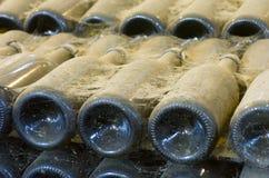 разливает лозу по бутылкам Стоковое фото RF
