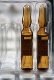 разливает медицинскую по бутылкам Стоковая Фотография