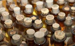разливает микстуру по бутылкам старую Стоковые Изображения RF