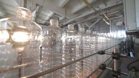 разливает много пластмассу по бутылкам сток-видео
