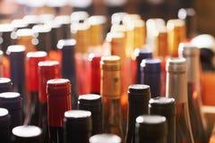разливает много по бутылкам вино Стоковое Изображение RF