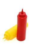 разливает мустард по бутылкам ketchup Стоковое Фото
