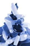 разливает пластичную пирамидку по бутылкам стоковые фото