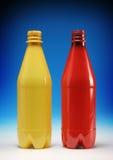 разливает пластичный красный желтый цвет по бутылкам стоковое фото rf