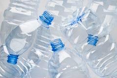 разливает пластмассу по бутылкам отброса Стоковые Изображения