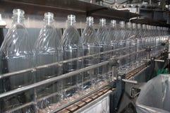 разливает пластмассу по бутылкам Стоковое Изображение RF