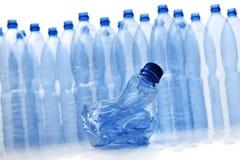 разливает пластмассу по бутылкам стоковые изображения rf