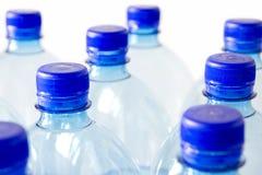 разливает пластмассу по бутылкам Стоковое Изображение