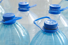 разливает пластмассу по бутылкам Стоковое Фото