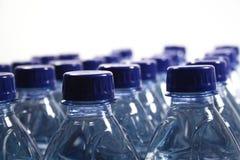 разливает пластмассу по бутылкам Стоковые Фотографии RF