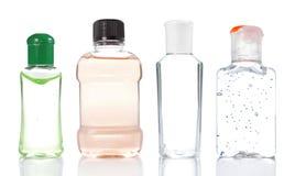разливает продукт по бутылкам стоковая фотография rf