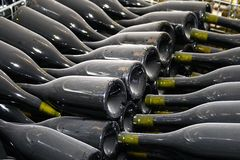 разливает пылевоздушное вино по бутылкам стоковые фотографии rf