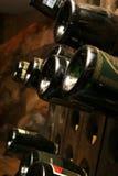 разливает пылевоздушное вино по бутылкам Стоковое фото RF