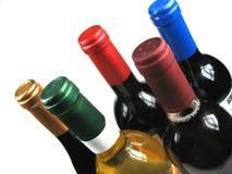 разливает различное вино по бутылкам Стоковое Изображение