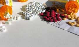 разливает раскрытое лекарство по бутылкам стоковые изображения