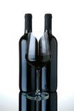 разливает рюмку по бутылкам вина красного цвета 2 Стоковые Фотографии RF