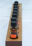 разливает рядок по бутылкам лаборатории Стоковое фото RF