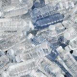 разливает свежую воду по бутылкам кучи Стоковое Изображение RF