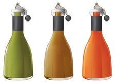 разливает сок по бутылкам Стоковые Изображения RF