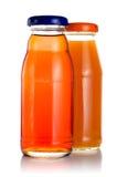 разливает сок по бутылкам 2 стоковое фото
