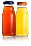 разливает сок по бутылкам 2 стоковые изображения rf