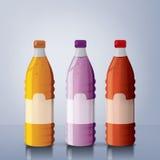 разливает сок по бутылкам стоковые фотографии rf