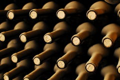 разливает старое вино по бутылкам Стоковые Фото