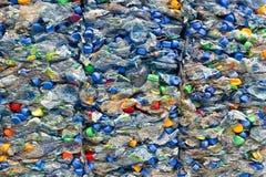 разливает старую пластмассу по бутылкам стоковая фотография rf